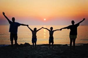 Négy tagú család a naplementében